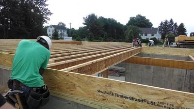 Installatie van I-liggers (I-joist) als vloerconstructie boven een kelder.